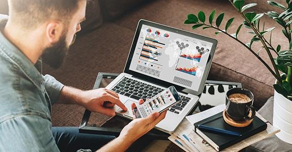 Profissional trabalhando com marketing digital