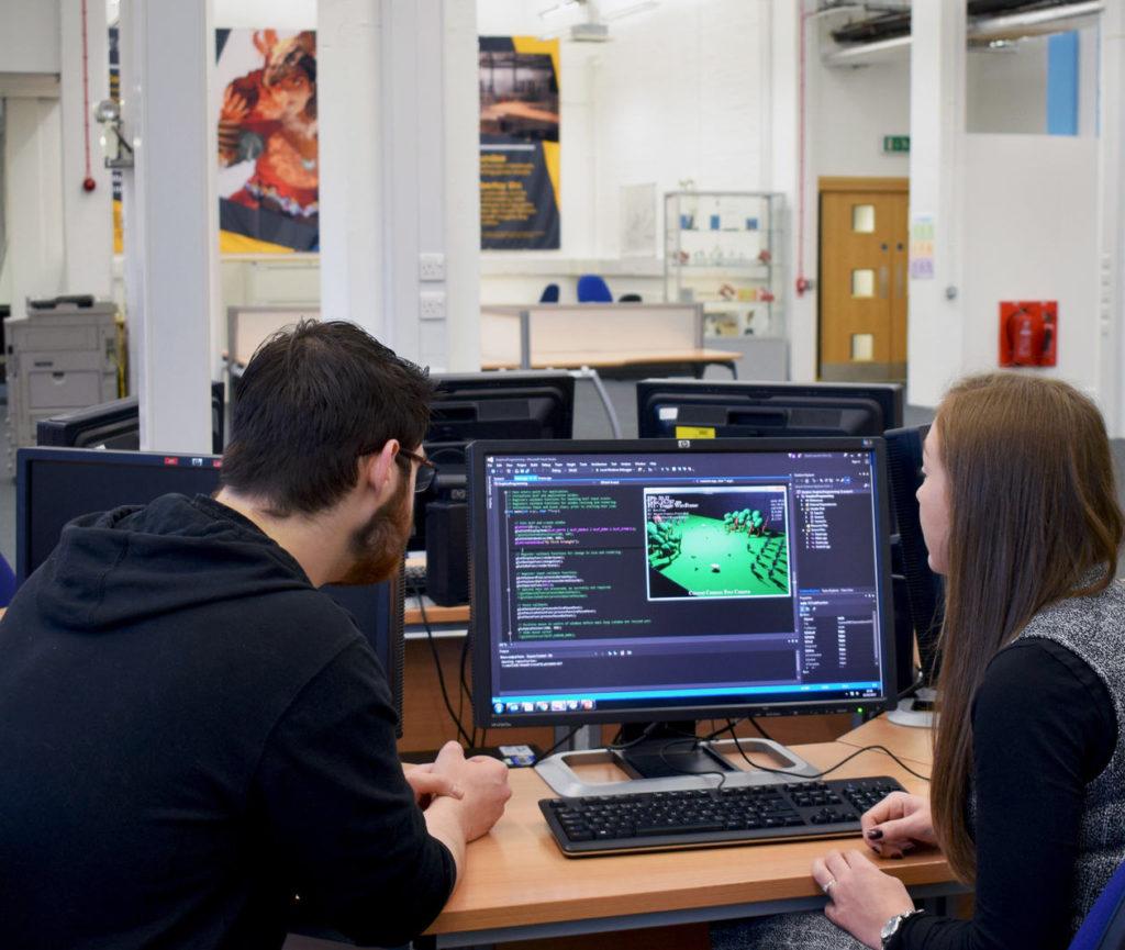 Equipe produzindo um jogo digital