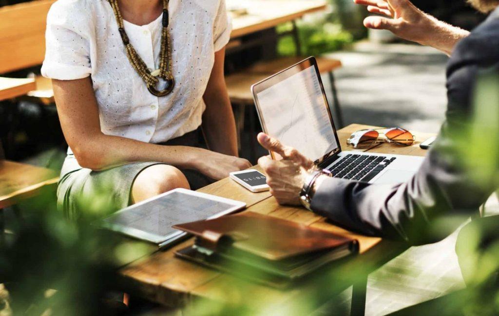 Vendedor e consumidor exemplificando o que é marketing