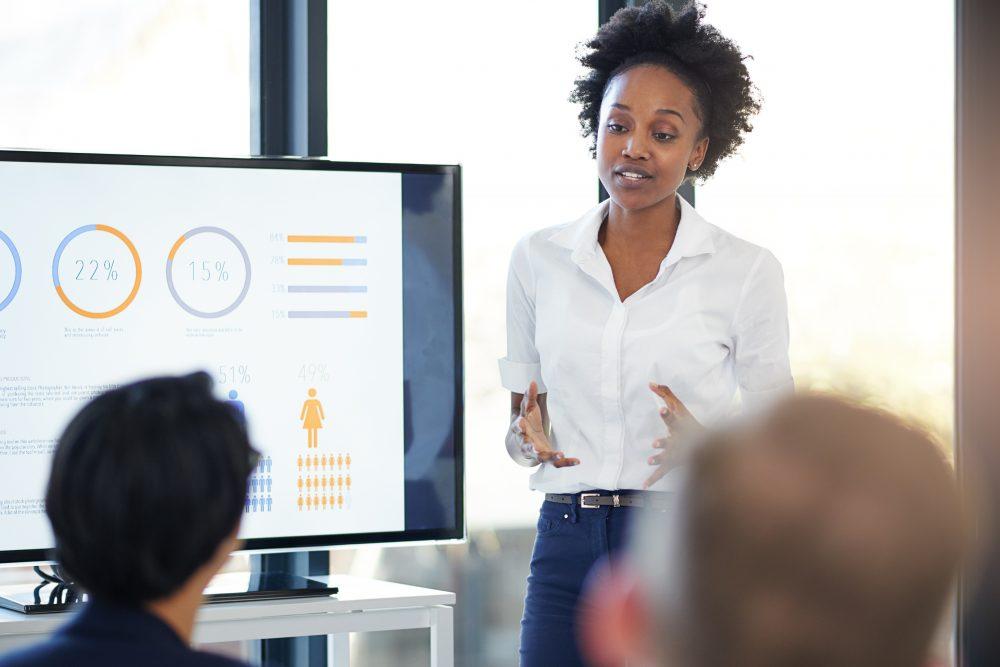 Profissionais definindo estratégia em reunião de marketing